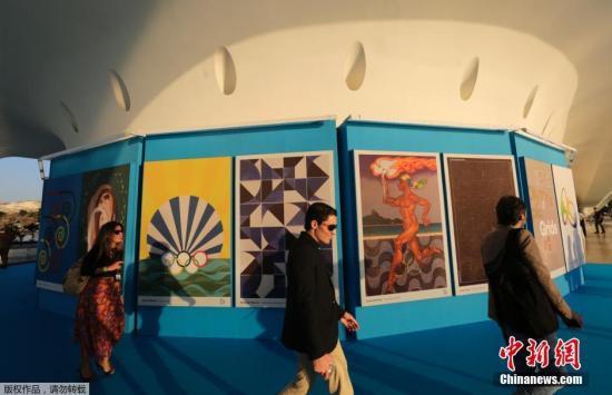 当地时间7月12日,里约奥运会官方海报在巴西里约热内卢的一家博物馆正式发布。