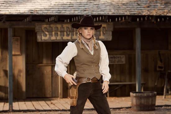 《飞常好莱坞》中Anna作西部牛仔装扮重现经典画面