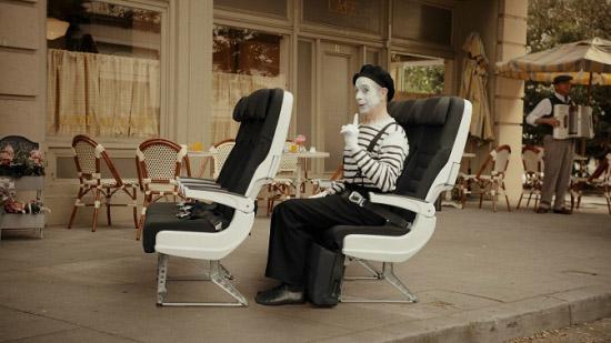 演员在座椅上示范安全姿势