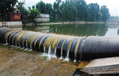 """2012年8月,房山区大石窝镇,""""云集仙客农家乐""""的橡胶水坝将南泉河河水拦住。"""