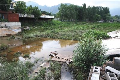 2016年7月21日,河道内的农家乐已拆除,曾经将南泉河河水拦住的橡胶水坝也已不在。