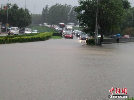 北京暴雨 资料图。 中新社记者 苏丹 摄