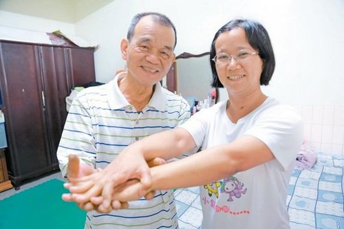 杨雅淳(右)成动物人醒来,父亲杨火炉(左)逐日为她复健,让她四肢都没有萎缩。 台《结合报》记者郭宣彣/拍照