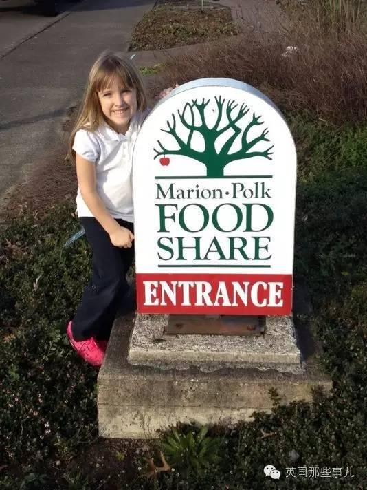 这个小萝莉把钱捐给了食物接济站。