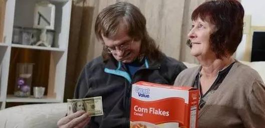 美国塞林市天上掉百元大钞 慈善家遍地藏钱
