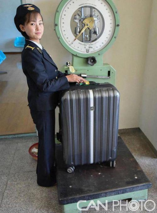 在野鲜三池渊军事机场,行李称重显得有些过期。