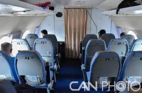 图为机舱外部,配有蓝色座椅、蓝色毯子和窗布。