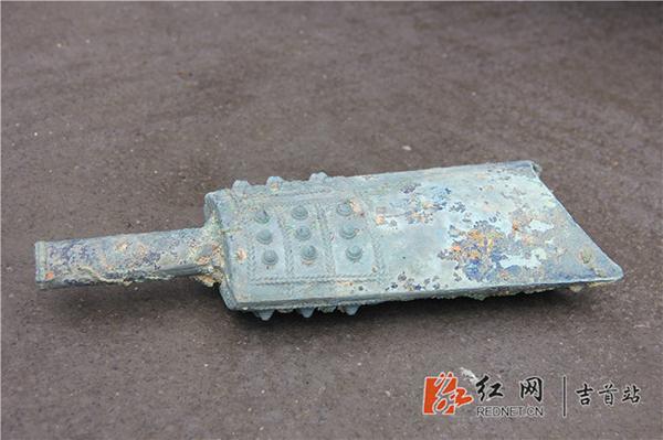 隘口村出土文物――战国�纹乳钉青铜扁钟。 本文图片均为 红网 图