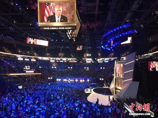 本地时刻7月20日,美国俄亥俄州克利夫兰,特朗普和彭斯同台表态共和党天下代表大会。19日,通过各地代表轮番唱票表决,大会正式提名唐纳德·特朗普和迈克·彭斯为共和党正副总统提名人。 中新社记者 廖攀 摄