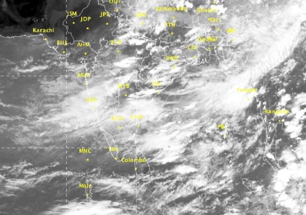 目前印度军方已投入2架搜寻机,3架轻型运输飞机,4艘船和1艘潜水艇进行搜救工作,搜救工作从当地时间11点30分展开,但当前海域的恶劣天气和越来越暗的光线可能给搜救带来一定难度。