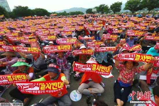 """资料图:当地时间2016年7月13日,韩国星州郡,民众高喊口号集会,反对美军在韩部署""""萨德""""防导系统(THAAD)。据悉韩国13日将公布""""萨德""""选址结果,或就选址星州郡。"""