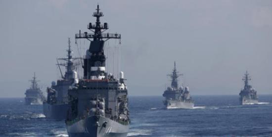 根据共同社的报道,新版《防卫白皮书》首先对我国在南海正常的岛礁建设大肆渲染。图为日本自卫队舰艇资料图。