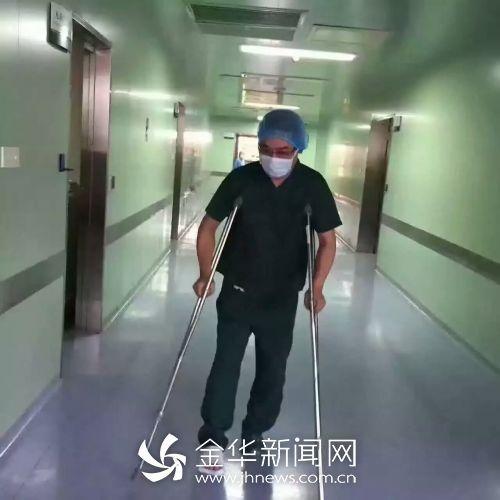 陈为拄动手杖赶到病院。