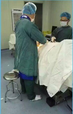 陈为单腿站了2个多小时顺遂做完了手术。