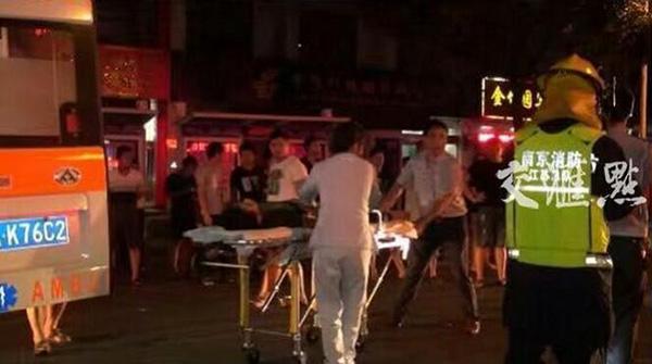 江苏南京一辆轿车连撞路边数个小吃摊,已致2人死亡多人受伤