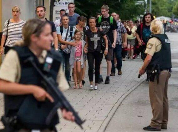 """对于枪手的作案动机,警方表示正在调查中。而据英国《每日邮报》报道,枪手在案发前曾说自己被欺负了7年,""""现在有枪了,想要复仇""""。"""