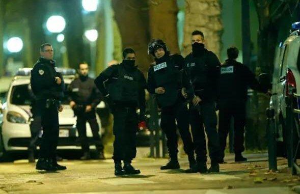 去年11月发生的巴黎恐袭中,8名恐怖分子中有3人是法国籍,都是移民后代。上个月的法国尼斯恐怖袭击案件中,法国检察官称,凶手布赫莱特为此次袭击准备数月,另有5名同谋被指控为其提供帮助。这5名嫌犯分别为一名突尼斯籍男子、两名拥有突尼斯和法国双重国籍男子和一对阿尔巴尼亚籍夫妇。