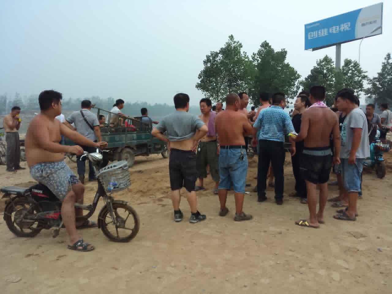 大众愤恨诘责,当局为何不安排救灾。21记者现场察看,今朝大贤村救灾力气均为本地乡民和外埠营救团队,不见当局营救力气踪迹。