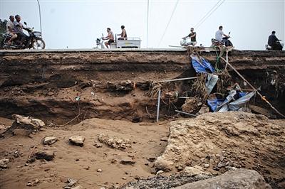 7月23日,邢台大贤村,一辆掉入热力管道沟的汽车。新京报记者 王嘉宁 摄