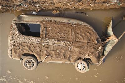 7月23日,邢台开辟区大贤村,被大水破坏的汽车。新京报记者 王嘉宁 摄