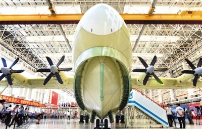 7月23日,大型灭火/水上救援水陆两栖飞机AG600在珠海总装下线。新华社记者 卢汉欣 摄