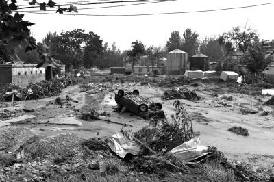 1.一辆轿车被洪水冲进庄稼地。
