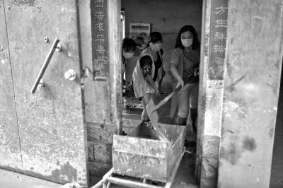 3.志愿者在居民家中清理淤泥。