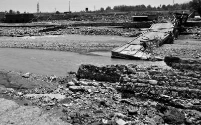 4.井陉县小作镇小作村一座桥梁被冲毁。新华社发