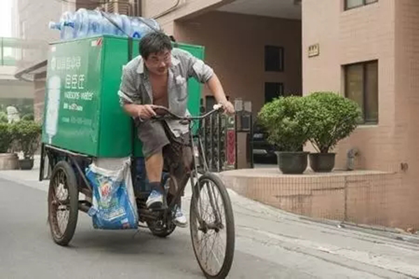 """""""天热也挺好的,要水的人多,挣的钱也多。""""一位送水工说,他平常天天约送70桶水,而进入冬季以来,天天的送水量超越130桶,作业量添加了近一半。"""