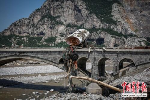 7月23日,井陉矿区贾庄镇,在特大暴雨中损毁的车辆。国家青年报·中青在线记者 赵迪/摄