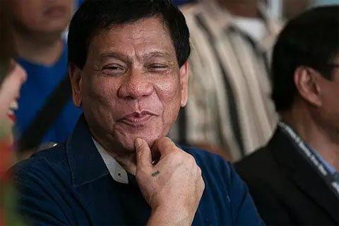 """杜特尔特说,菲律宾打算建设经济区和农场到市场的道路,""""中国有钱,不是美国。美国是没有钱的。""""杜特尔特还表示,希望中国帮助菲律宾发展经济。"""