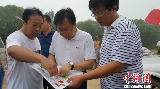 饶阳县委书记吴波中正在听取战区工作进展. 张婷婷 摄图片