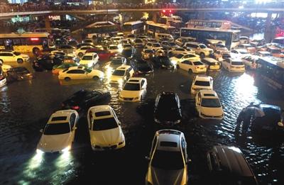 24日黄昏开端,陕西西安市遭逢强降雨,郊区多处路段呈现积水。 新华社发