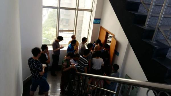 7月20日,郴州北湖区法院第八审判庭门口,旁听人员正在等待安检。 澎湃新闻记者 谭君 图