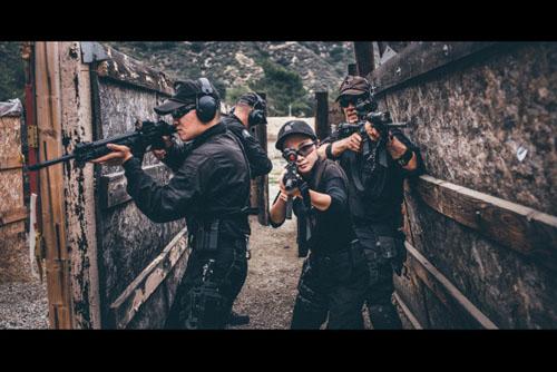 <b>中国女子美国玩枪百步穿杨 令狙击手刮目(图)</b>