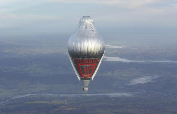俄罗斯驰名冒险家科纽霍夫(Konyukhov)克日完结了一项单人乘坐热气球周游地球一圈的豪举,而且历时只要11天零6个小时,比之前的全球记载坚持者快了两天,创下了完结这一豪举历时最短的国际纪录。