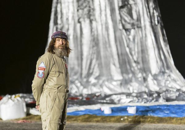 现年65岁的俄罗斯冒险家科纽霍夫支配着56米高的热气球,从澳大利亚的小镇诺瑟姆起航,自西向东超出了大西洋、南美洲、非洲、南极圈、和平洋,末了胜利下降在诺瑟姆,完结了萦绕地球一圈的豪举。