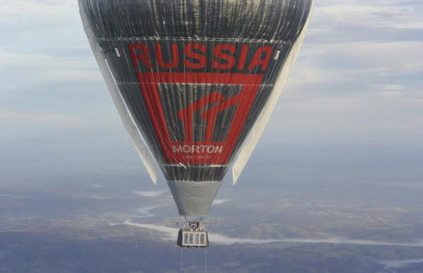 科纽霍夫此次举世之旅的间隔约莫21,100 英里(约合3.4万千米),热气球的最大飞翔速度到达了每小时240千米,航行高度达1万米。航行途中,科纽霍夫还克制了极其气候带来的各种应战。在飞越南极圈的时分,热气球外的温度到达零下50摄氏度,并随同着残酷的风暴,但富于应战的科纽霍夫并未被艰难打到。最后,科纽霍夫胜利着陆并冲破了国际纪录。