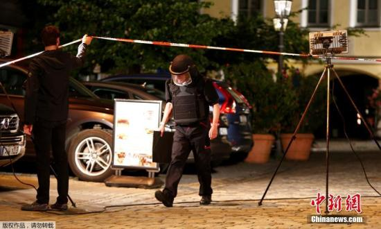 警方在事故现场进行调查。
