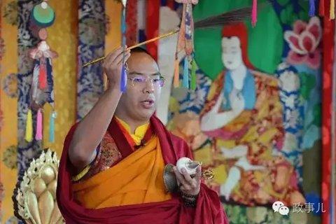 据《西藏日报》报道,法会期间,班禅精进的佛学造诣和庄严得体的言谈举止,充分展示了造诣精深、学识渊博的佛学修为和爱国爱教、护国利民的大活佛风范,受到了参会高僧活佛和广大僧俗信众的虔诚信仰和衷心拥戴,赢得了各族各界人士的广泛好评和高度赞誉。