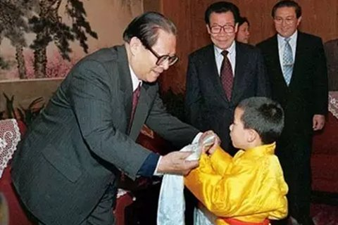 1996年1月12日,时任国家主席江泽民在中南海接受了当时年仅5岁的十一世班禅和扎什伦布寺致谢团的拜见。陪同拜见的有时任全国政协主席李瑞环,时任国务委员、国务院秘书长罗干,时任全国政协副主席、中央统战部长王兆国等。
