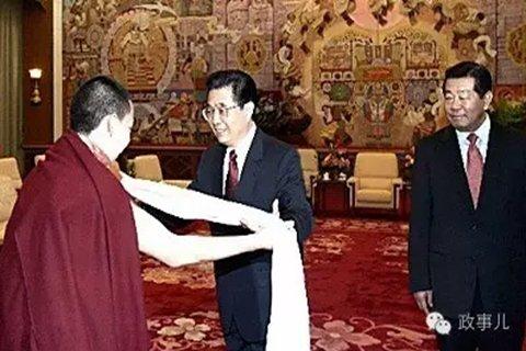 2005年春节、藏历新年之前,十一世班禅在人民大会堂拜见了时任国家主席胡锦涛。时任全国政协主席贾庆林和时任全国政协副主席刘延东陪同接受拜见。