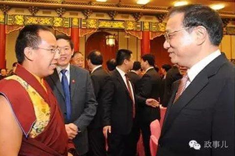 2014年全国政协新年茶话会上,李克强曾与十一世班禅亲切交谈。