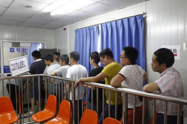 2016年7月25日,宝山交通违章处置所,市民在列队取号。 磅礴见习记者 韦毅 图