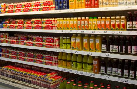 """超市饮料区果汁大多在包装上""""100果汁""""等醒目字眼吸引购买图片"""