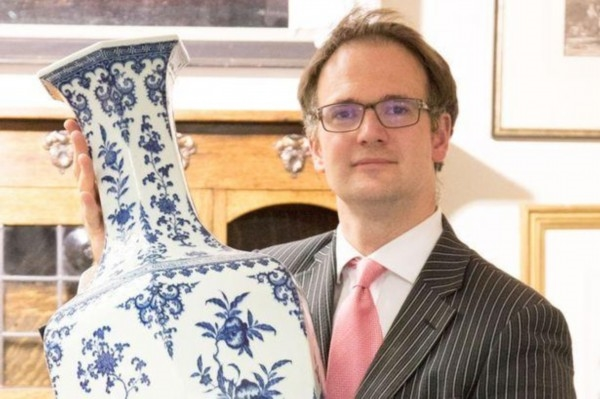 英国一对夫妇在过去的36年里,一直用一个清朝乾隆年间的青花瓷瓶顶门。近日该瓷瓶在英国德比郡的一场拍卖会上以65万美金(约434万元)的天价拍出。
