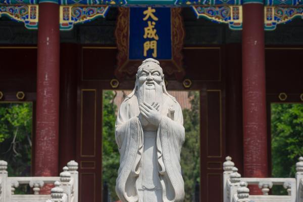 """以上从七个方面回应了陈祖为教授对""""王道政治""""与""""儒教宪政""""的批评。通过这些回应,我的结论与陈教授的结论正好相反:在当今儒学复兴的进程中,儒学的""""具体而零散""""的温和推广不可取,儒学的""""整全性全盘推广""""才可取。"""