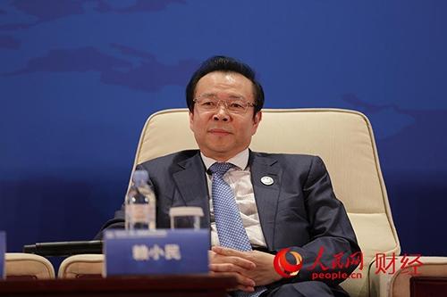 """人民网北京7月26日电(史雅乔)26日,由人民日报社主办的2016""""一带一路""""区域合作高峰论坛在北京召开。中国华融资产管理股份有限公司董事长赖小民表示,作为金融机构需要加大产品与服务创新,构建一个适应""""一带一路""""战略实施的现代金融服务体系。"""