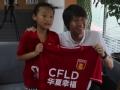 视频-7岁小球迷凌晨接机 李铁带全队签名球衣看望