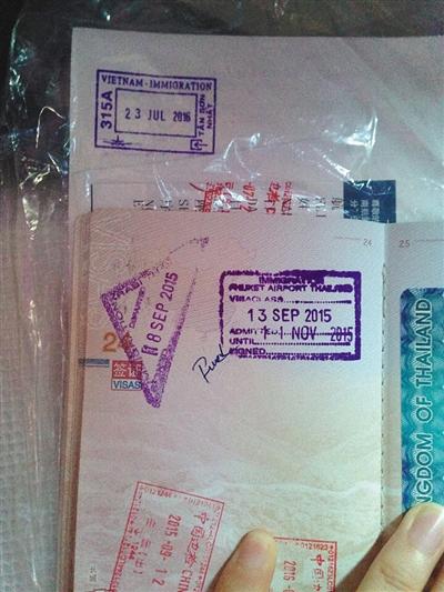 """钟女士的护照,第8页和24页中国地图南海""""九段线""""处被写上了脏话。受访者供图"""